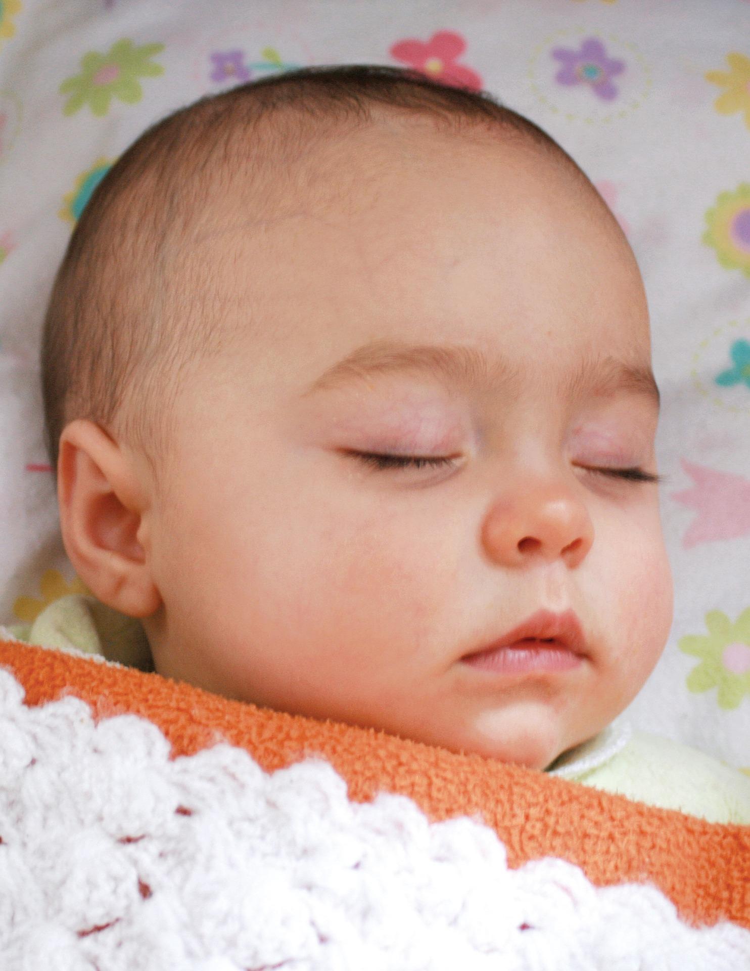 Baby schläft viel Schlafbedarf Wie viel muss es schlafen?