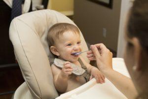 Beikosteinführung: Baby bzw. Kleinkind füttern