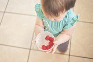 Beikosteinführung: Kind hält Schale mit Früchten