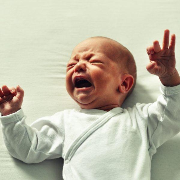 Mein Baby weint im Schlaf