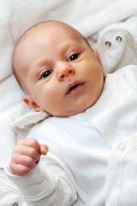 Baby schaut gespannt und konzentriert