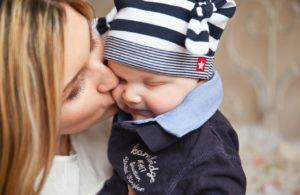 Einschlafhilfe: Mutter küsst Baby