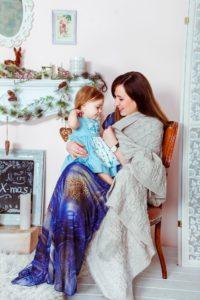 Mama mit Kind sitzen