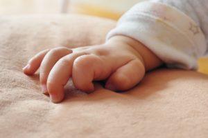 Babyhand greift